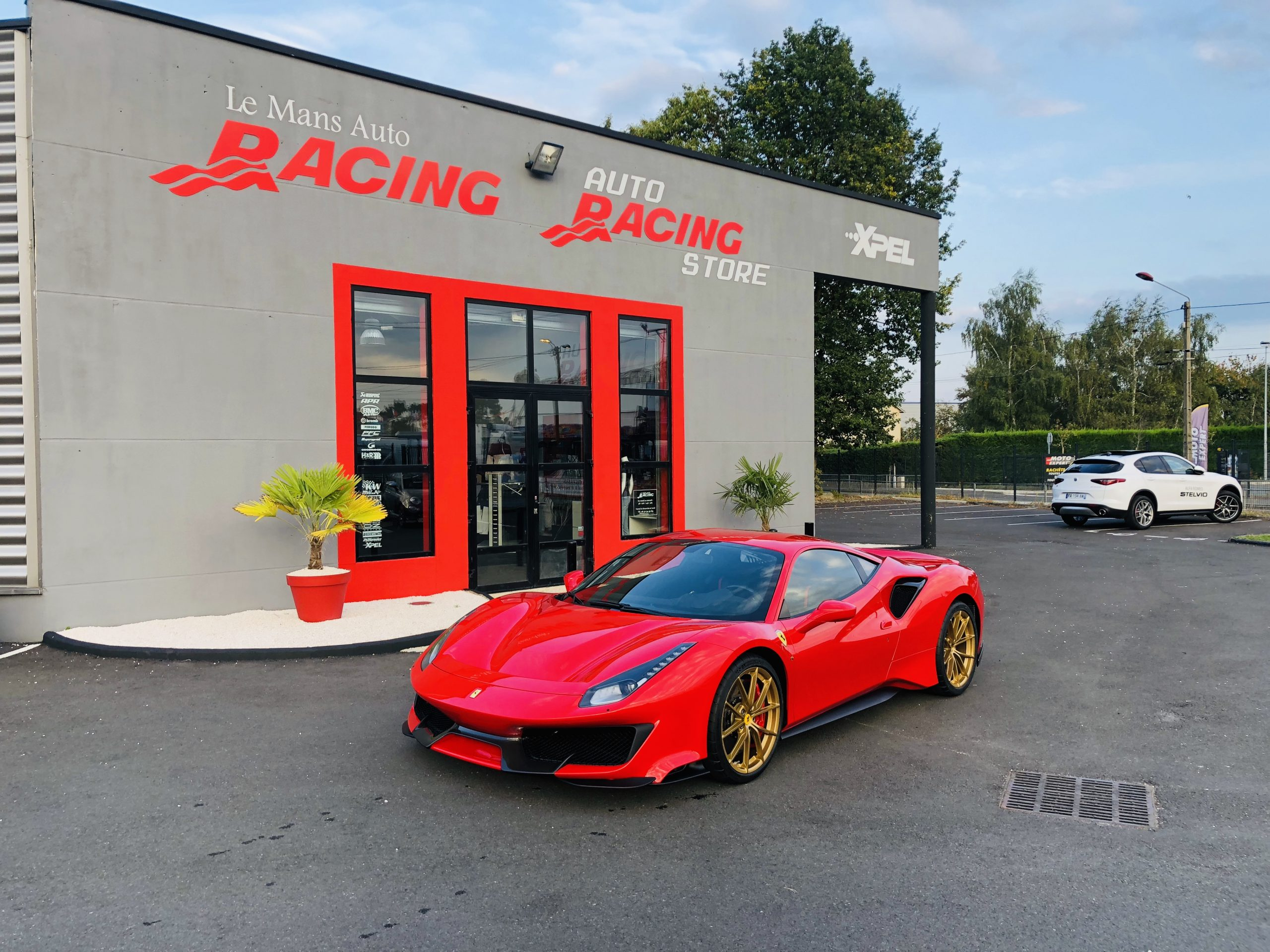 Ferrari 488 Pista Rouge et Or Le Mans Auto Racing